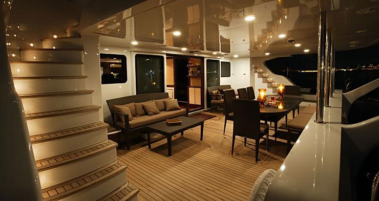 allures catamaran photos d 39 int rieur du plus grand catamaran en carbone. Black Bedroom Furniture Sets. Home Design Ideas